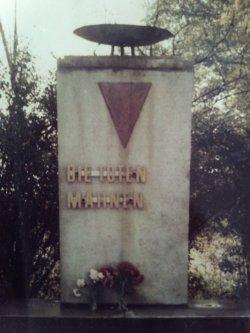 <a id='anker8' href='https://www.versteckte-geschichte-markkleeberg.de/quellenverzeichnis#erinnerungs-und-gedenkkultur8' target='_new'>Abb. 1: Denkmal am Rathausplatz <br /> im ursprünglichen Zustand</a>